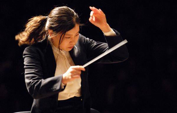 Shi-Yeon Sung dirigint l'OSV